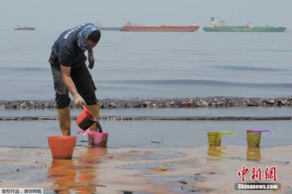 印尼海域漏油事故有扩大趋势 引发大火致5人死亡