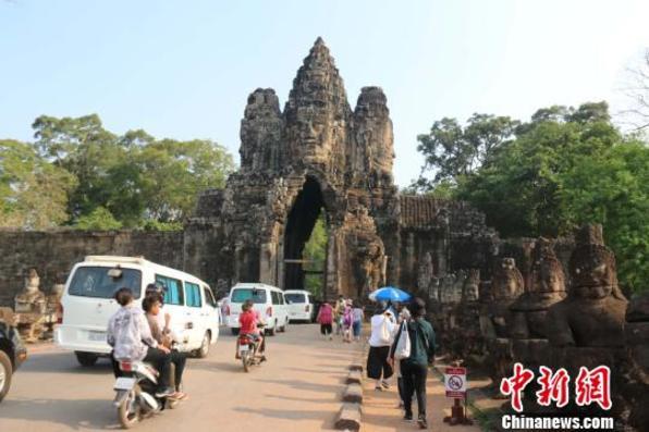 柬埔寨新年第一天 吴哥窟迎来大批国际游客