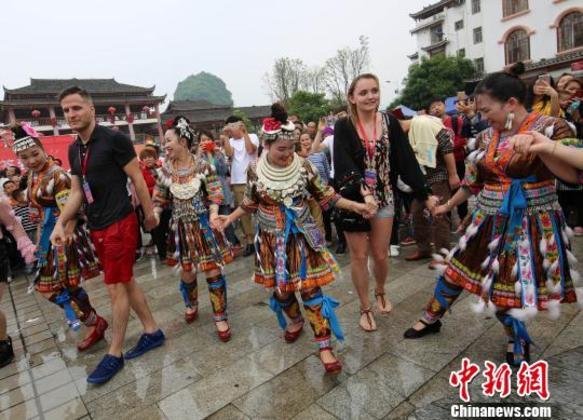 """外国游客与广西民众共庆""""壮族三月三"""""""