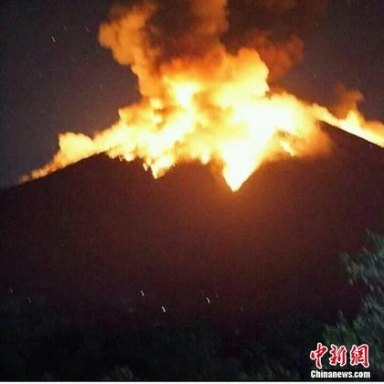 印尼巴厘岛阿贡火山喷发 岩浆流淌至2公里外
