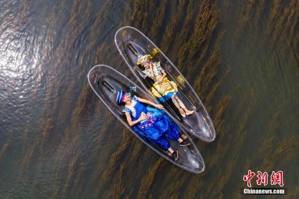 """桂林少数民族青年乘透明船演绎""""人在画中游"""""""