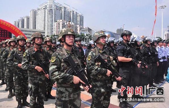 广西南宁近千警力街头集结 启动治安巡防新机制