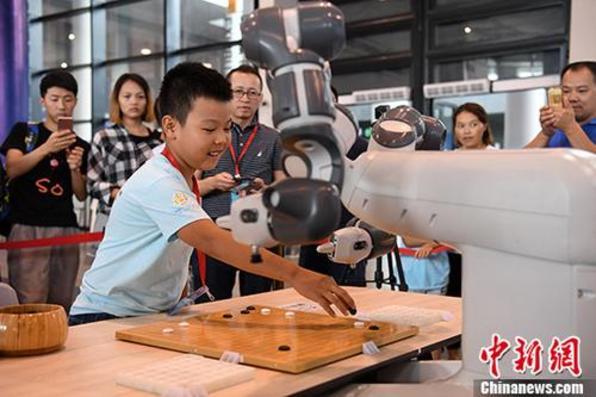 围棋机器人亮相广西南宁 民众体验人机对弈