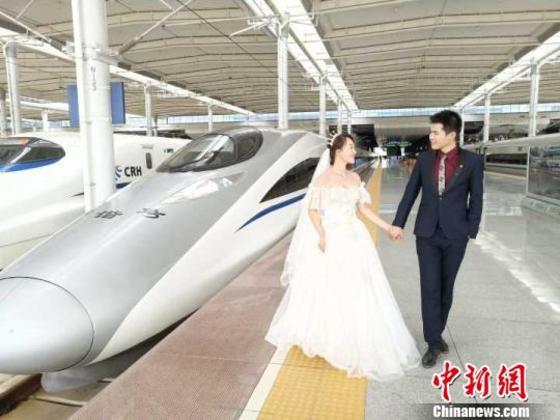 """浪漫""""七夕""""88必娱乐手机网版铁路南宁局集团举办高铁主题婚纱摄影活动"""
