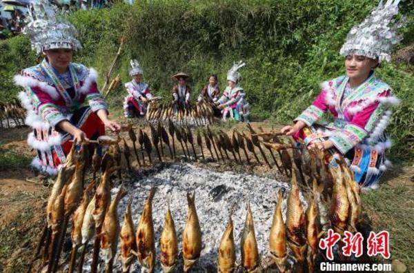 广西深山苗寨农民捉鱼、打谷庆丰收