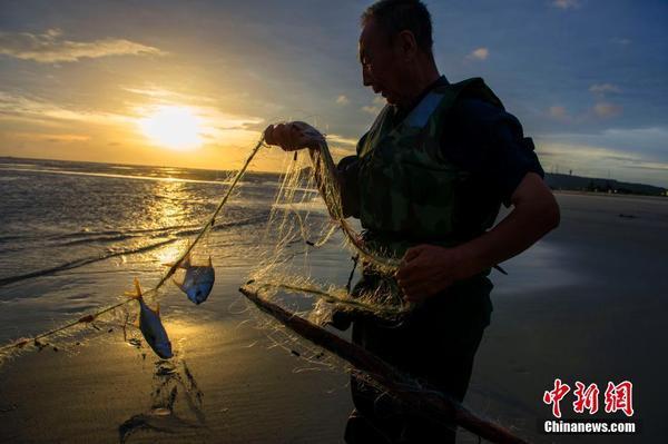 """""""山竹""""过后现壮美云彩 广西渔民恢复生产"""