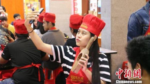 泰国留学生广西做月饼欢度中秋