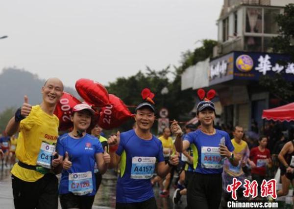 二万余名中外马拉松选手奔跑在桂林烟雨山水间