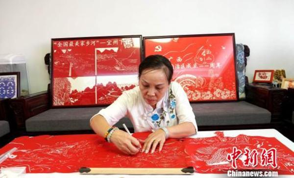 广西艺人创作8米巨幅剪纸长卷《歌仙刘三姐》