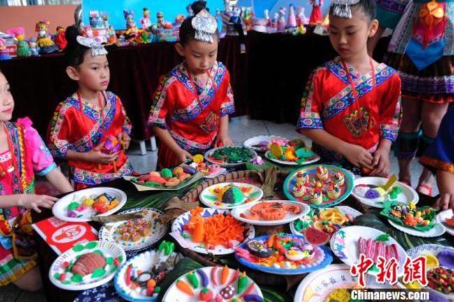 南宁小学生用彩泥制作壮乡特色美食