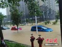 广西柳州暴雨致街道成河 上百汽车被淹