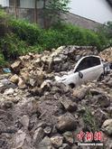 柳州暴雨致围墙倒塌 路边轿车被埋