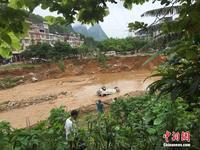 广西柳州暴雨引发山洪 多辆汽车被冲走