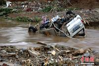 广西柳州降特大暴雨 数十辆车被山洪冲走