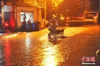 广西南宁遭遇暴雨袭击致车辆行人受阻