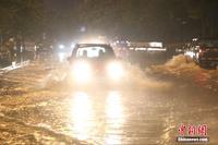 广西柳江或发生超警戒洪水 沿江店铺连夜搬家