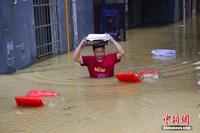 广西柳江现超警戒水位 民众抢救被淹物资