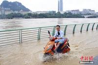 广西河流水位上升 民众岸边看涨水