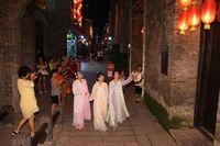 桂林高校女生穿汉服游古街引中外游客围观