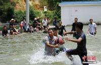 广西苗族民众举行水上篮球赛庆丰收