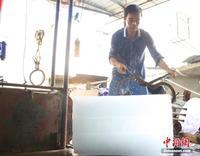 """探访广西柳州冰块加工厂 高温下的""""冷生意"""""""