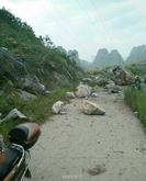 广西苍梧5.4级地震 引发贺州巨石滚落山下