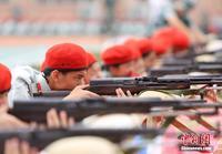 广西高中新生军训 实弹射击展英姿