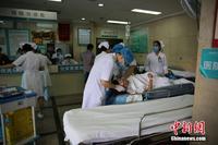 广西大巴车翻出高速路致10死32伤 医院全力抢救