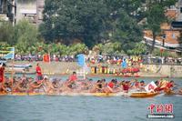 广西融安举行传统龙舟赛 近千名选手融江竞渡