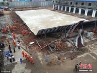 南宁良庆检察院附近一房子坍塌 现场有人员被困