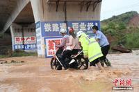 广西钦州遭暴雨袭城 交警坚守4小时恢复秩序