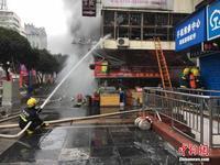 广西桂林闹市商铺突发大火 消防员疏散解救百余人