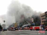 广西桂林电器城突发火灾 疏散百人8人送医