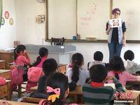 广西私塾外教下乡授课 与山村孩童互动