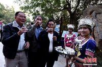 香港游客在桂林阳朔体验苗族长桌宴