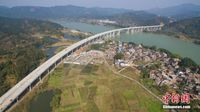 航拍广西最美高速公路 穿行碧水青山