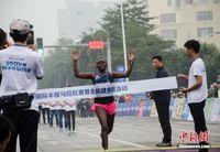 钦州国际半马花样百出 肯尼亚选手包揽男女冠军