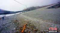广西持续降雨低温 高寒山区道路结冰车辆禁行
