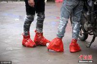 广西摩托大军返乡 脚裹塑料袋腿缠胶带防寒