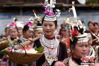 广西侗乡演绎传统民俗 百人挑礼送新生儿回娘家