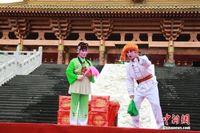 广西老人组团坚守百年彩调剧 吸引民众
