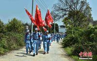 广西桂林学生带家长清明祭奠红军烈士 重走长征路