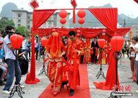 广西边城大新县举办中越青年团体婚礼