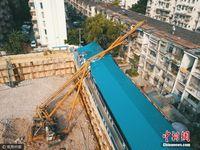 广西南宁一30米高钻机倾倒 砸向居民楼