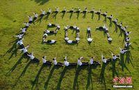 航拍广西三江高中生毕业照 创意造型秀青春