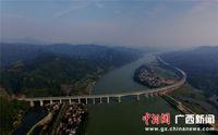 航拍穿越桂北山水间的高速大通道