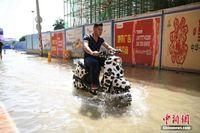 广西南宁道路施工挖断主水管 街道成河