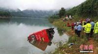 广西全州境内一客车翻落水库2死19伤