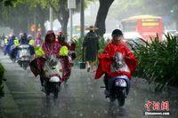 广西柳州遭遇强降雨 民众雨中出行