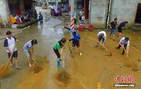 广西融安暴雨过后清淤忙